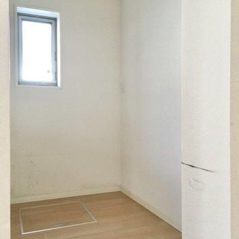 キッチン後ろには大きなサイズの冷蔵庫が置けそうです。