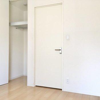 収納はちょっとコンパクトサイズなので、お部屋に見せる収納をしましょう。