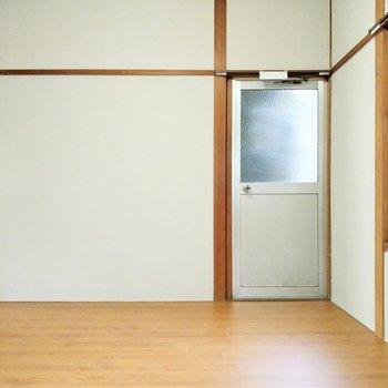 こちらのお部屋に勝手口。