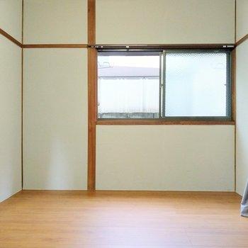 奥の6帖の洋室。こちらにもやわらかい光が入りました。