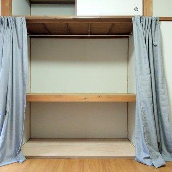収納はカーテン式。さっとしまえるからなかなか便利かも。
