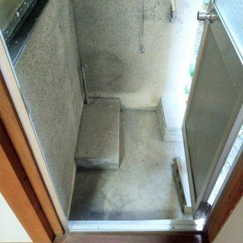 コンパクトなスペース。外で使うものの物置にはなりそう。