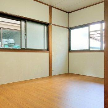 角部屋で2面窓。座椅子とテーブルを置いてくつろぎの空間に。