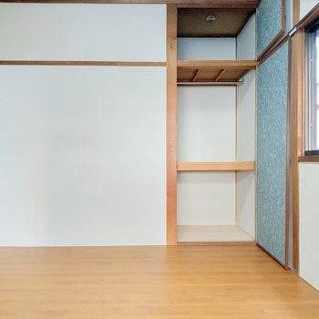 壁いっぱいに押し入れ収納。服も掛けられます!