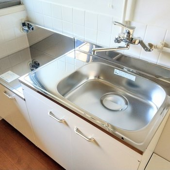 綺麗なキッチン。シンク広々!隣に洗濯機置場あります。