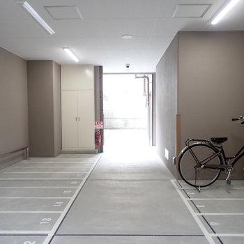 共用部】奥にも屋根付きの駐輪場がありました。