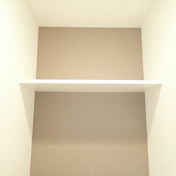 上にはペーパー置き場つき!※写真は同階・別部屋の反転間取りのものです。