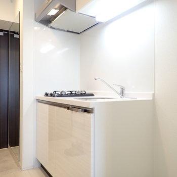 白のキッチン!※写真は同階・別部屋の反転間取りのものです。