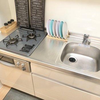 2口コンロ。作業スペースもあってお料理も捗りそう。※家具はサンプルです