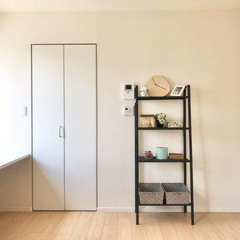 クローゼットの横にこのように棚を置くと可愛いですね。※家具はサンプルです