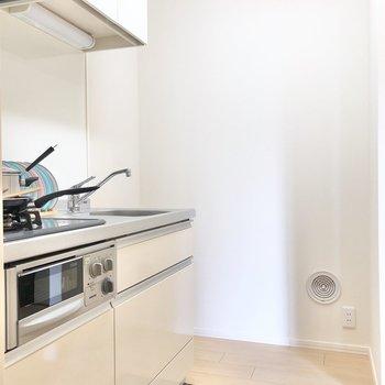 キッチン横には冷蔵庫が置けます。後ろのスペースもちゃんとありました。
