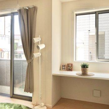 出窓のスペースではコーヒーブレイクかな?※家具はサンプルです