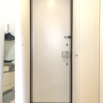 玄関へ。広さもありますね。