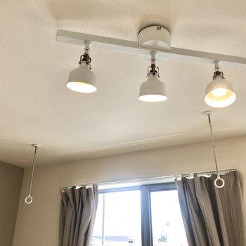 照明がおしゃれ。向こう側に室内物干しもございます。