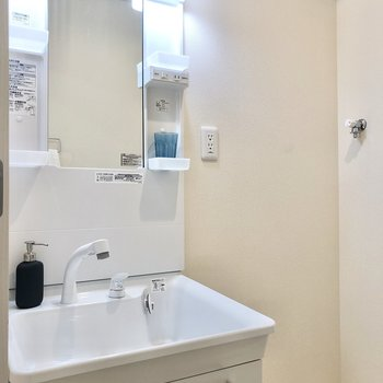 洗面は小物の収納もできますね。隣に洗濯機置き場です。