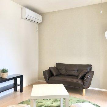 この角にはベッドやソファが置けそうです。※家具はサンプルです