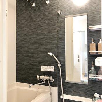 奥にバスルーム。濃いグレーでグッと引き締まった印象。※家具はサンプルです。
