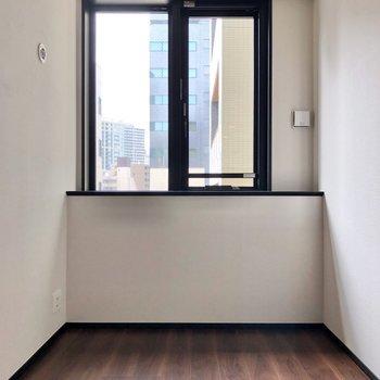 【洋室4帖】窓の下に机を置くと良さそうです。