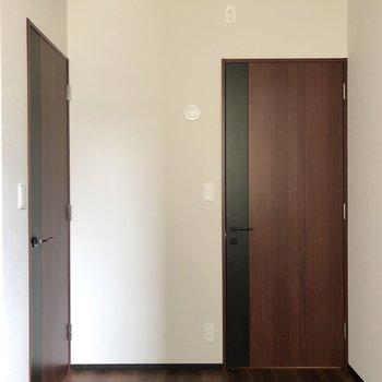 【洋室6帖】左のドアはウォークインクローゼットです。