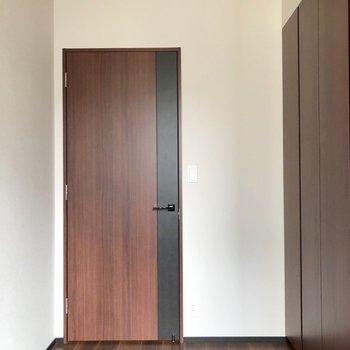 【洋室4帖】ドアの色合いが素敵。