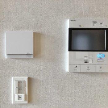【LDK】左の白い機器は床暖房のスイッチです。