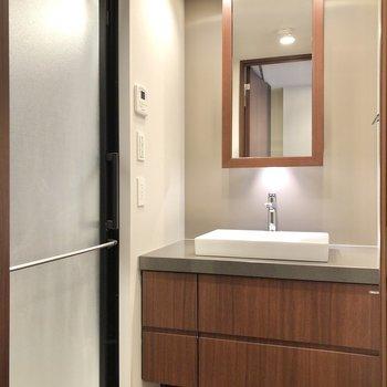 サニタリールームではスタイリッシュな洗面台がお出迎え。