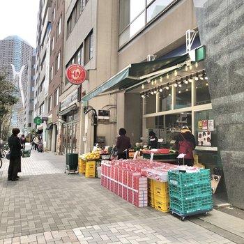近くには、食料品店やお弁当屋さん、カフェもあります。