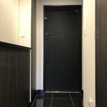 玄関土間はクールなブラックのタイル。