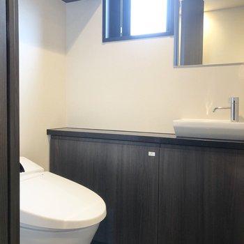 トイレには小さな手洗い場と鏡が付いています。来客時などに嬉しいですね。