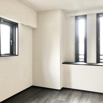 【6帖】こちらのお部屋は窓が多くて明るいです。