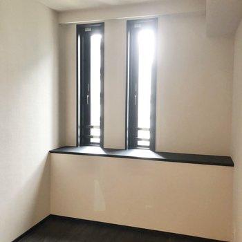 【4.7帖】窓は少し出窓のようになっています。