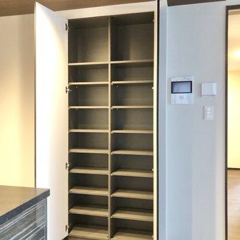 【LDK】キッチン横には食器や章句料をしまっておける大きな棚が。