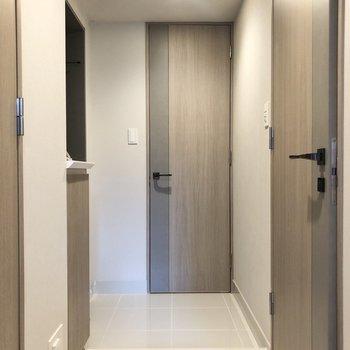 玄関土間もホワイトのタイルで清潔感の在る雰囲気。※写真は2階の同間取り別部屋のものです