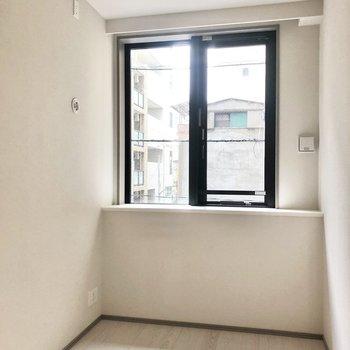 【4帖】まずは小さい方のお部屋から。窓は若干出窓になっています。※写真は2階の同間取り別部屋のものです