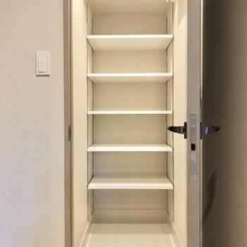 靴はシューズクロークと玄関横にもボックスがあります。※写真は2階の同間取り別部屋のものです