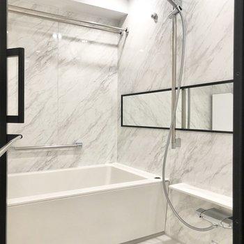 大理石のような美しいお風呂です。※写真は2階の同間取り別部屋のものです