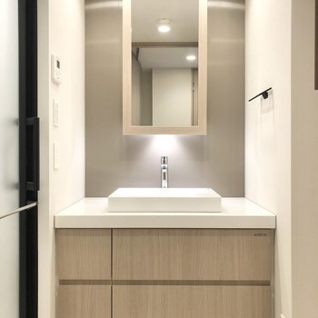 続いて水回り。鏡は開けることができて収納になっています。※写真は2階の同間取り別部屋のものです