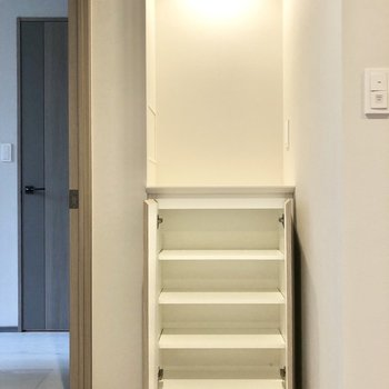 こちらの棚の上には花やアートを飾ってもいいなぁ。※写真は2階の同間取り別部屋のものです