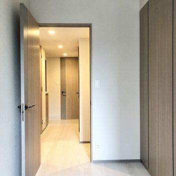 【4帖】ドアが付いているのでプライベートも確保できます。※写真は2階の同間取り別部屋のものです
