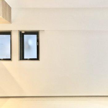 【LDK】こちら側にも小さな窓があり、光が差し込みます。※写真は2階の同間取り別部屋のものです