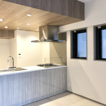 【LDK】開放感のあるオープンキッチン。※写真は2階の同間取り別部屋のものです