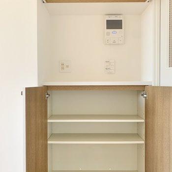 【LDK】リビングのドア横にも収納スペースが。