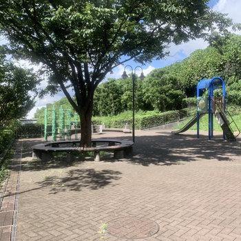エントランス前には公園も。
