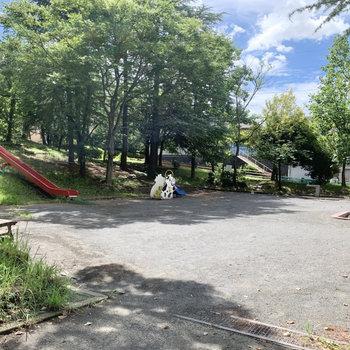 少し歩くと、長めの滑り台がある公園に出られます。