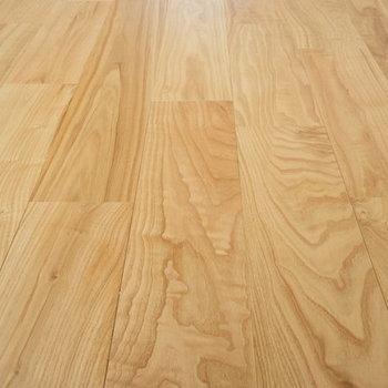 【ディティール】床面はシックで落ち着いた風合いの無垢材が使われています。