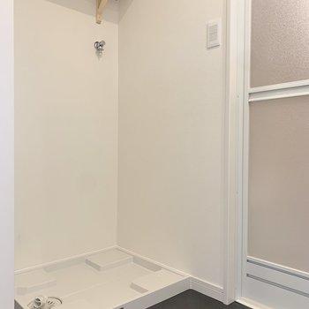 洗剤やタオルは洗濯機置き場上の棚に。