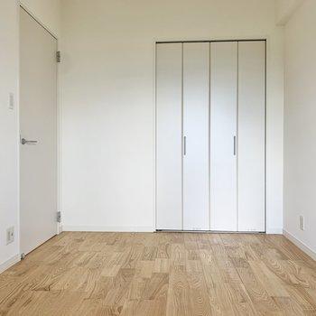 【洋室】リネンのベッドカバーが似合いそうな空間です。