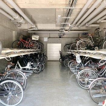 駐輪場は建物内にあります。