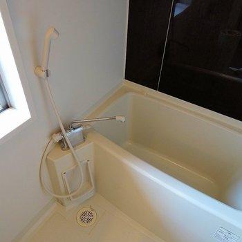 バスルームには嬉しい小窓も※写真は同タイプの別室