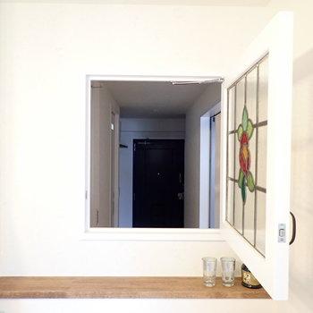 ステンドグラスのガラス扉を開けると、玄関が見えます!おかえり〜。